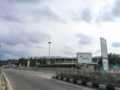 Man detained in Dhaka airport with 60 kg gold bars