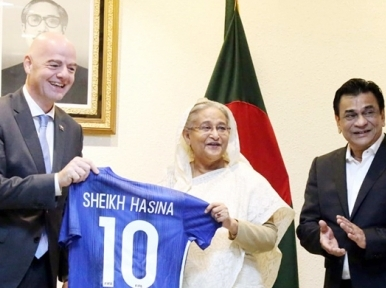 FIFA head gifts jersey to Hasina