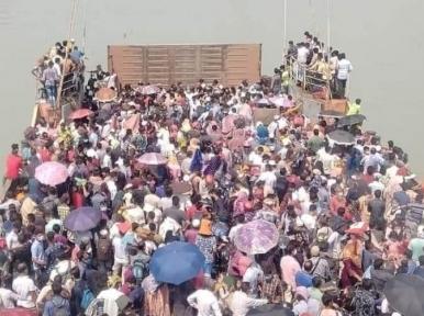 Homebound passengers crowd Daulatdia ferry ghat