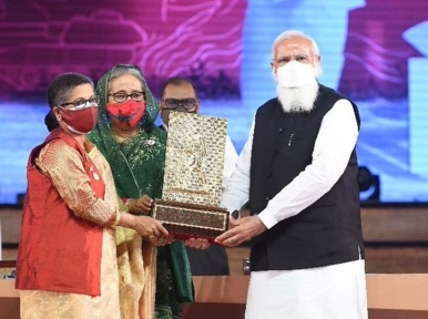 50th Independence Day: Modi hands over Gandhi Peace Prize 2020 for Bangabandhu Sheikh Mujibur Rahman to his daughters
