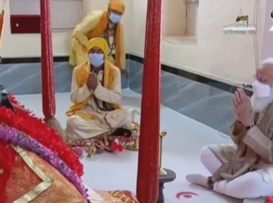 Indian PM Narendra Modi offers prayers at Jeshoreshwari Temple