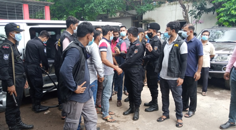 24 middlemen arrested by RAB in DMC, sentenced to one month imprisonment