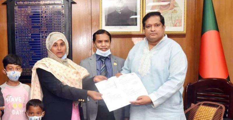 Gold medallist Shammi Akhtar receives Tk 25 lakh, apartment from PM Sheikh Hasina